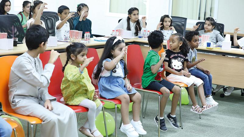 تعليم الأطفال لغة الإشارة للتواصل مع أصحاب الهمم فئة الصم.   أرشيفية
