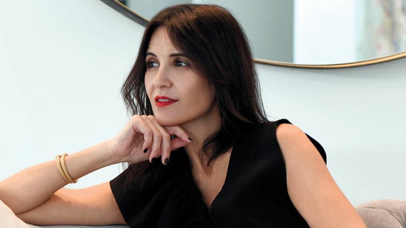 تعمل ندى غزال على ترجمة قصص حياتها على شكل قطع مجوهرات.  الإمارات اليوم