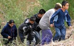 الصورة: أطفال من أميركا اللاتينية يتعرضون للاحتجاز عند الحدود الأميركية