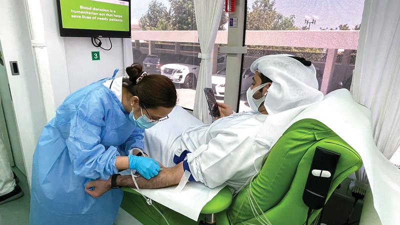 «دمي لوطني» شهدت إقبالاً من الراغبين بالمشاركة في الحملة.   الإمارات اليوم