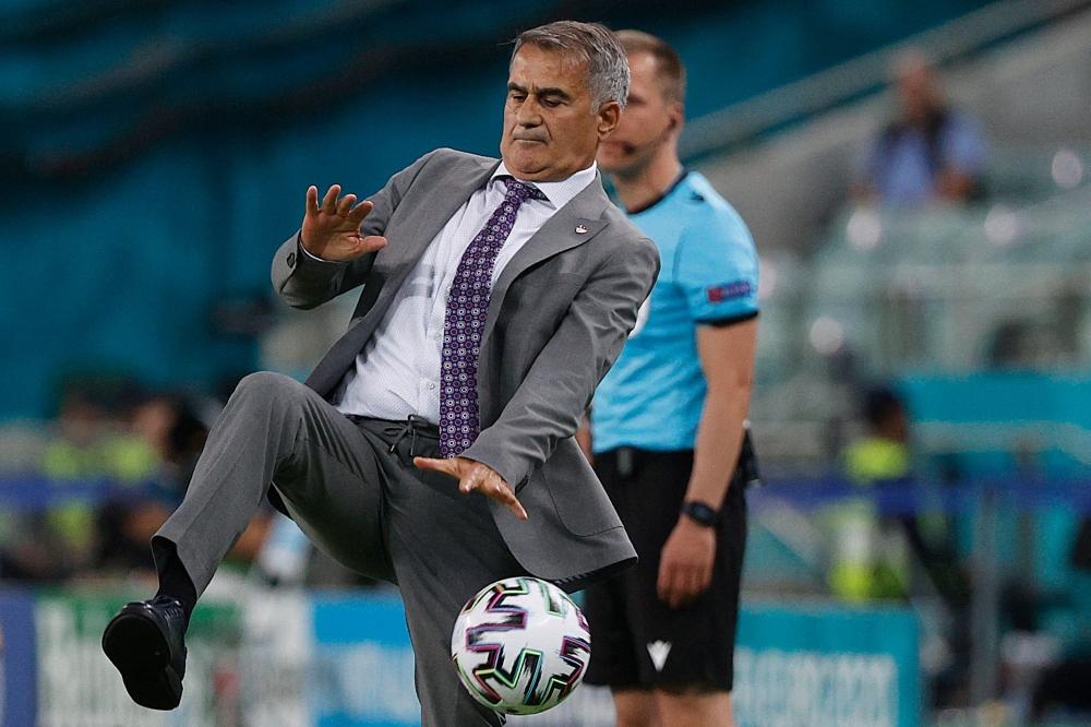 لقطة طريفة لمدرب تركيا شينول غونيش يحاول خلالها ترويض الكرة. أ.ف.ب