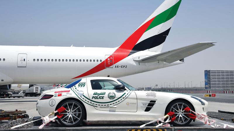 «طيران الإمارات» تولت نقل سيارة شرطة دبي إلى السباق.   من المصدر