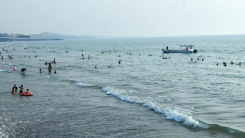 ترك الأطفال يسبحون بمفردهم يعرّضهم للغرق. الإمارات اليوم
