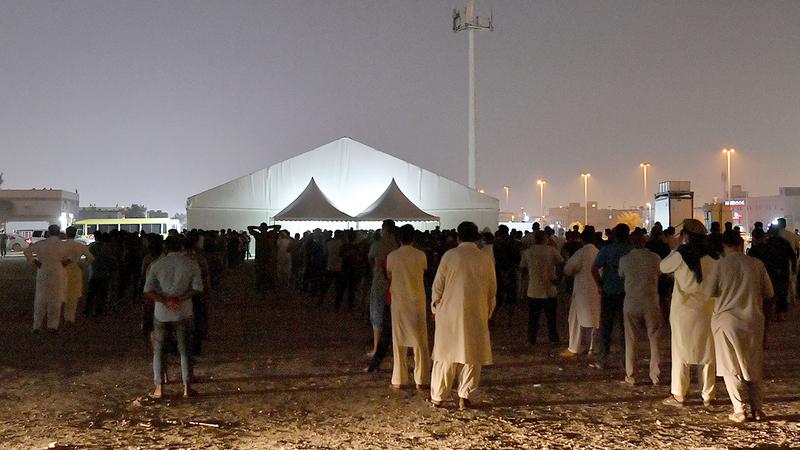 إقبال كبير أمام مراكز فحص «كورونا» في أبوظبي.  الامارات اليوم