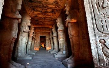 الصورة: مصر: علماء يتابعون ظاهرة تعامد الشمس على دير تاريخي