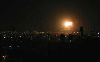 الصورة: غارات إسرائيلية على غزة ردّاً على إطلاق بالونات حارقة من القطاع