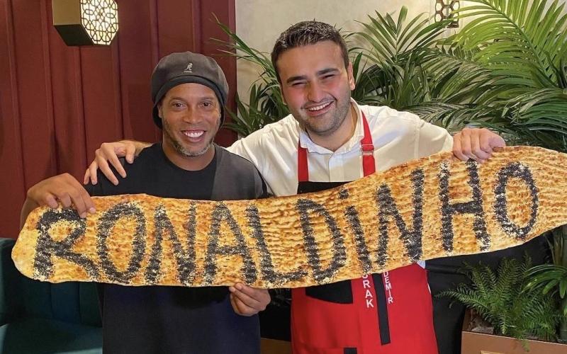 الصورة: بالفيديو: ماذا تناول الساحر رونالدينيو على مائدة بوراك في دبي