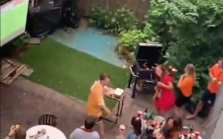 الصورة: بالفيديو: خدعوا جيرانهم بفارق البث المباشر أثناء متابعة كأس أمم أوروبا