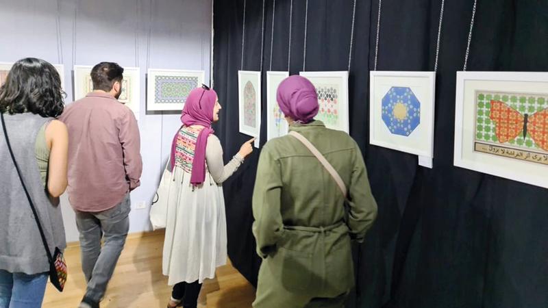 المعرض نتاج ورشة عمل استمرت 3 أشهر.  عن صفحة مركز «يبوس»