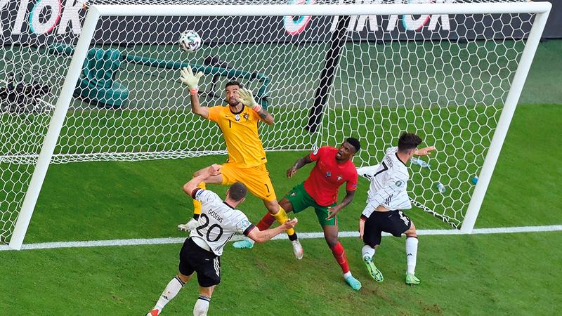 جوسينس يغمز الكرة في مرمى البرتغال محرزاً الهدف الرابع.   أ.ف.ب
