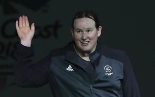الصورة: لأول مرة في تاريخ الأولمبياد.. يغيّر جنسه ويتحدى السيدات برفع الأثقال