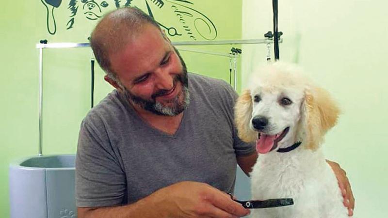 جورج غطاس يقدم حلاً لمن لا يجدون مكاناً لحيواناتهم الأليفة.  أ.ف.ب