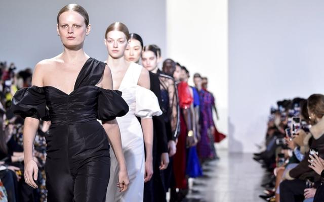الصورة: أسابيع الموضة.. هل تعود العارضات للمنصات أم تظل الأزياء افتراضية