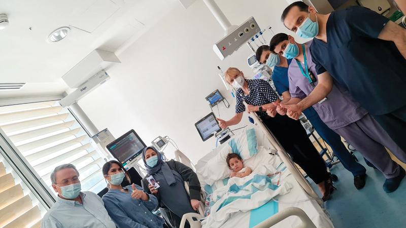 الفريق الطبي المشرف على حالة «محمد» في مستشفى الجليلة بعد إجراء الجراحة.  من المصدر