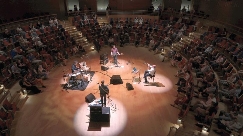 العظمة يعزف على الكلارينت في قاعة بيير بوليز سال بالعاصمة الألمانية.   من المصدر