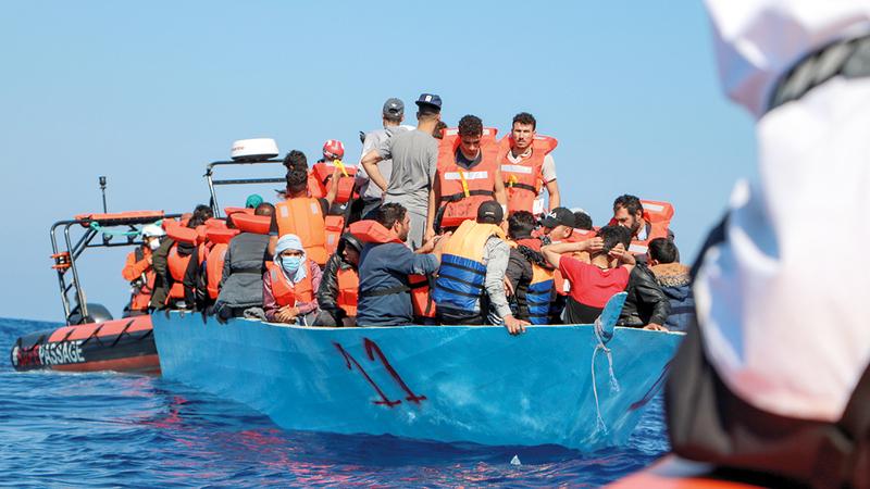 عناصر من منظمة «أطباء بلا حدود» ينقذون مهاجرين من قارب يوشك على الغرق بسبب التكدس قبالة الشواطئ الليبية قبل أيام.   رويترز