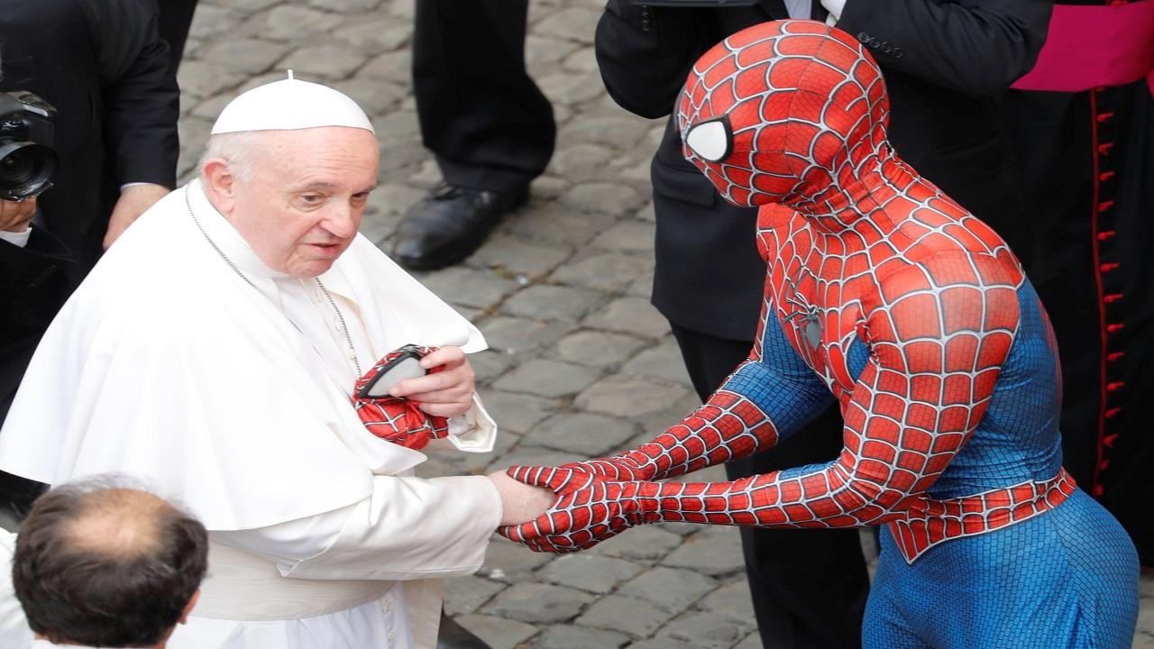 قناع سبايدرمان.. هدية إلى البابا. رويترز
