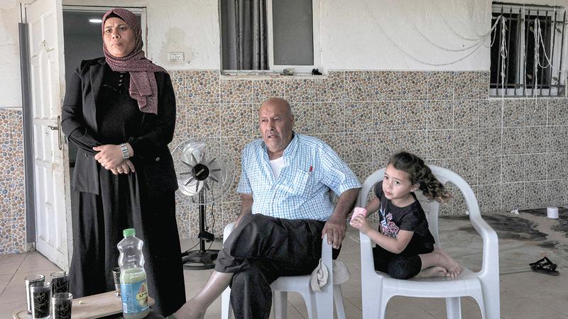 أفراد من عائلة أبوقويدر يتجمعون في بيت العائلة بقرية صوانين غير المعترف بها.  أ.ف.ب