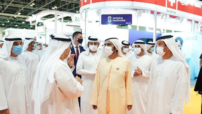 محمد بن راشد خلال جولته داخل المعرض.  من المصدر
