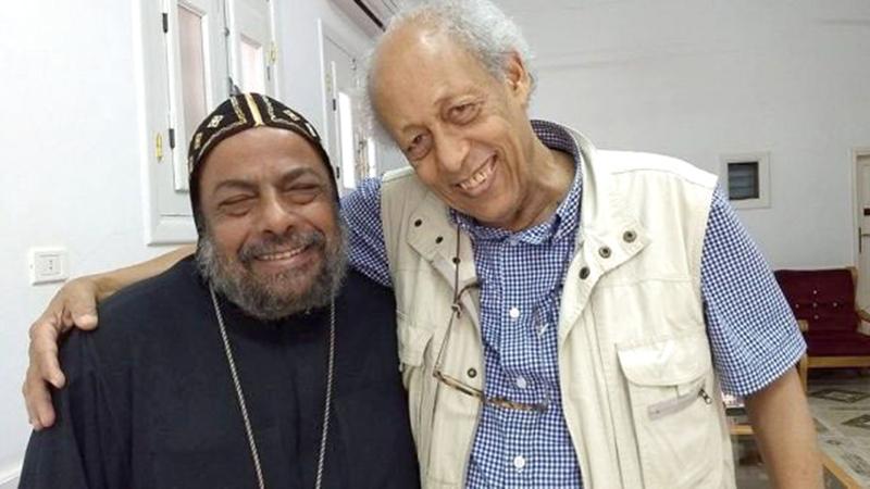 القمص صربامون مع الشاعر زين العابدين فؤاد.  أرشيفية