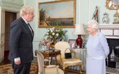 الصورة: الملكة إليزابيث تصف وزير الصحة البريطاني بـ «الرجل التعيس»