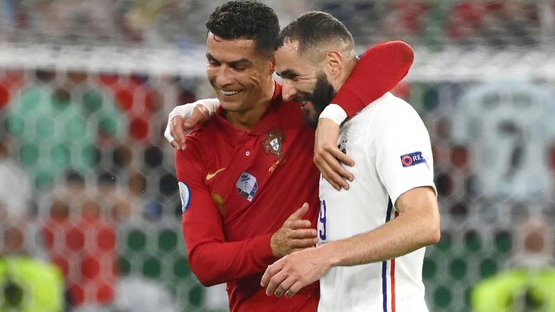 رونالدو وبنزيمة تقاسما أهداف مباراة فرنسا والبرتغال وتعانقا لدى خروجهما مع نهاية الشوط الأول.  أ.ب