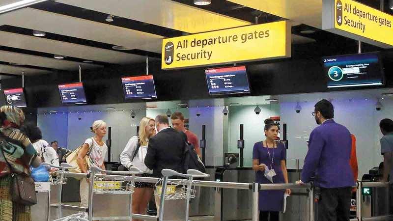 مطار هيثرو أحد المنافذ التي يتم إبعاد المهاجرين من خلالها.   رويترز
