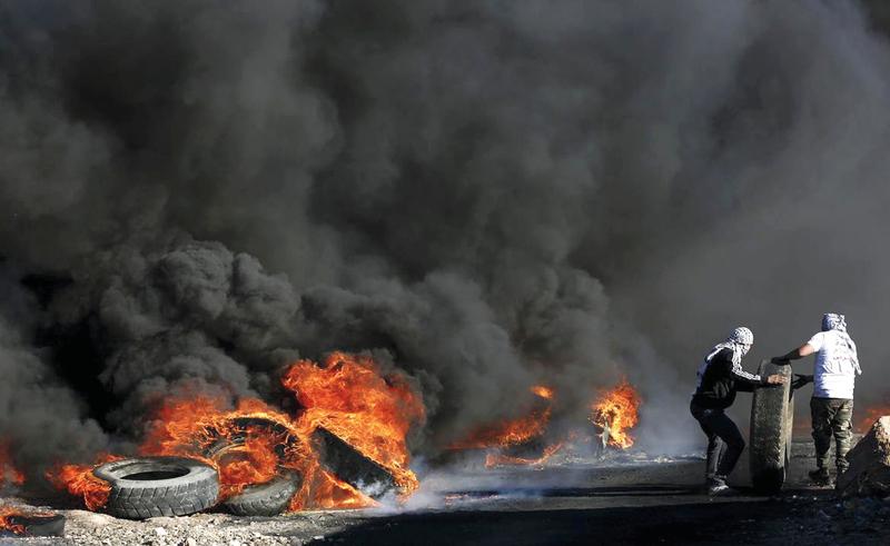 «وحدة الكاوتشوك» تعمل طوال اليوم لتشكيل سحابة الدخان.  الإمارات اليوم