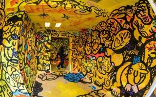 الصورة: بالصور: مهرجان الألوان يحول مبان مهجورة في باريس لصالات عرض