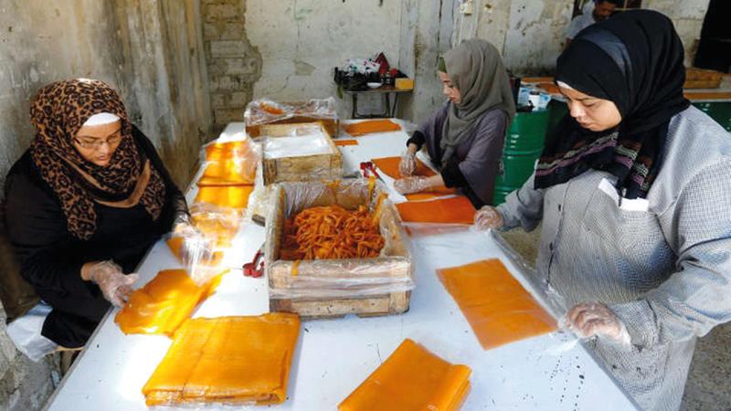 تناقلت عائلة زبيبي جيلاً بعد جيل زراعة المشمش وصناعة حلويات قمرالدين.   رويترز