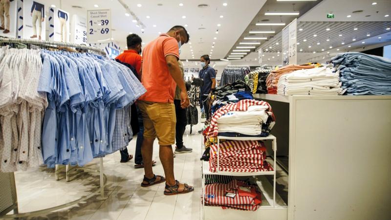 المبيعات تتركز بصفة عامة على الملابس والأحذية والحقائب.  تصوير: أشوك فيرما