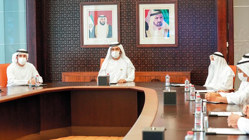 محمد بن راشد خلال لقائه أعضاء مجلس إدارة «غرف تجارة دبي» بحضور حمدان بن محمد.   وام
