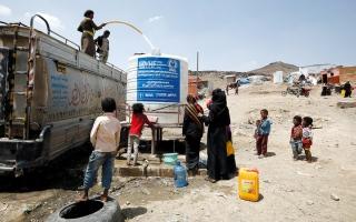 الصورة: الإرياني يحذّر من مخاطر كارثية تتهدّد 2.3 مليون نازح يمني