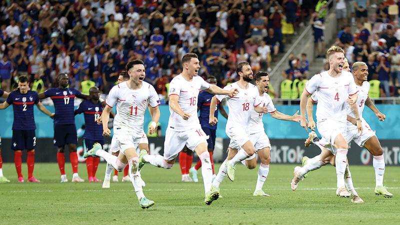 فرحة كبيرة للاعبي سويسرا بعد التأهل إلى ربع النهائي.   أ.ب