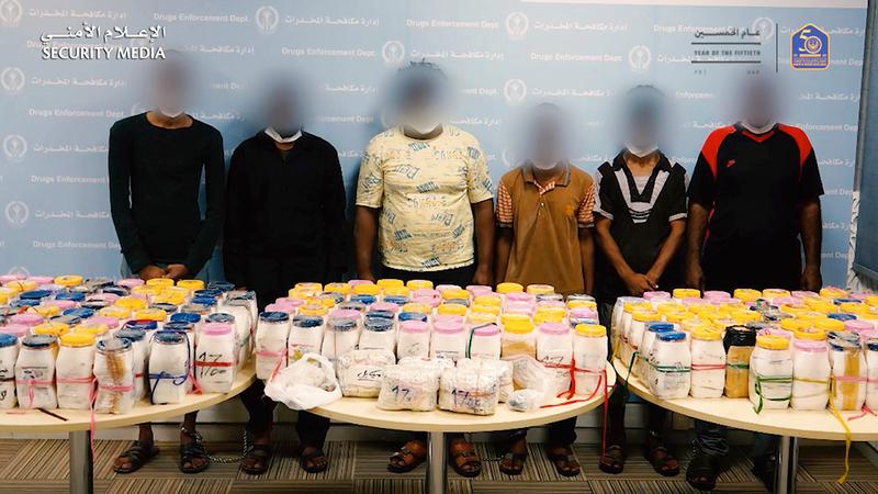 المتهمون بعد ضبطهم وبحوزتهم المواد المخدرة.  من المصدر