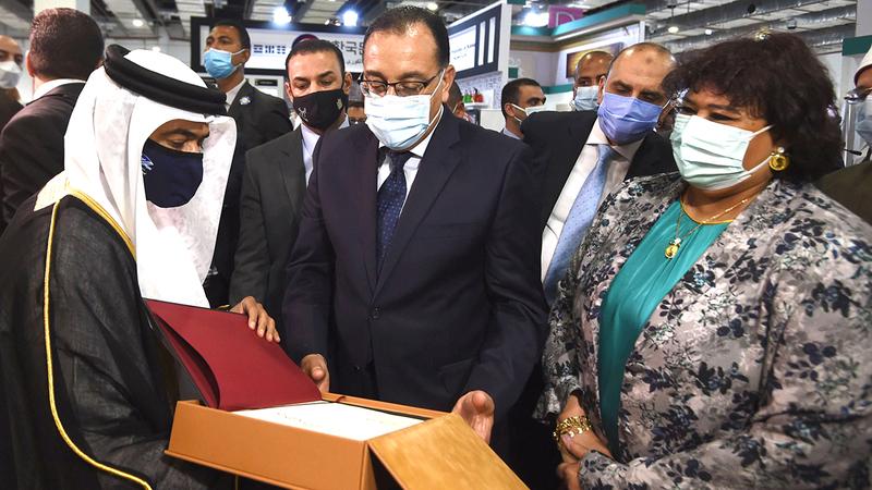 مصطفى مدبولي وإيناس عبدالدايم وأحمد العامري خلال جولة في جناح «الشارقة للكتاب».  من المصدر
