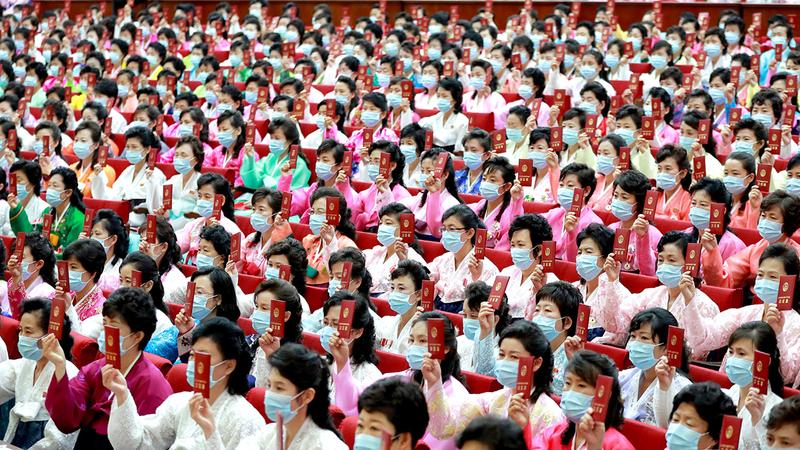 نساء بملابس زاهية الألوان خلال المؤتمر.  إي.بي.إيه
