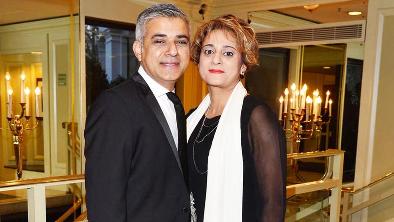 خان وزوجته عائلة ملتزمة دينياً.  أرشيفية
