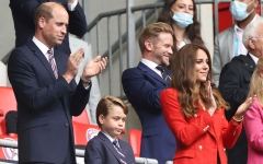 الصورة: ارتداء الأمير جورج بدلة في مباراة بريطانيا وألمانيا يغضب محبيه