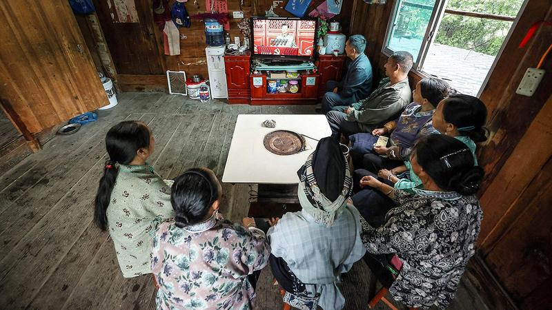 عدد كبير من الصينيين الذين يشاهدون فعاليات مؤتمر الحزب الشيوعي يطالبون بمزيد من الحريات.  أ.ف.ب