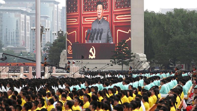 آلاف الصينيين يستمعون إلى خطاب الزعيم شي في ساحة تياننمين.  رويترز
