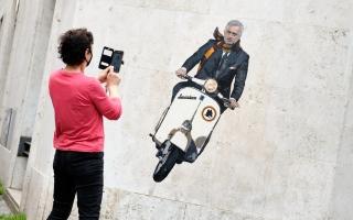 الصورة: بالفيديو والصور.. شاهد كيف استقبل المئات من جماهير روما المدرب مورينيو