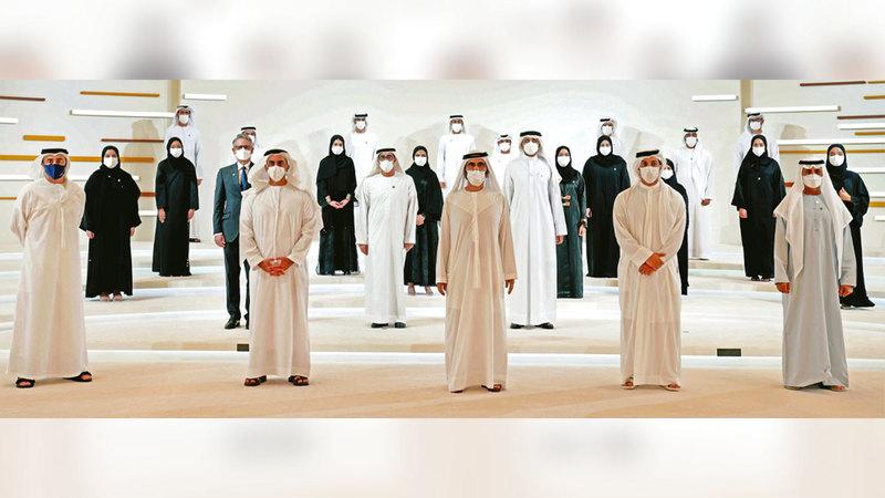 محمد بن راشد خلال تخريج مجموعة من رواد الأعمال ضمن الدفعة الأولى من «برنامج تطوير الشركات الناشئة».  وام
