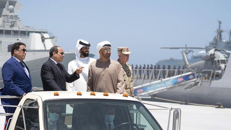 محمد بن زايد وعبدالفتاح السيسي خلال افتتاح «قاعدة 3 يوليو» العسكرية البحرية.  وام