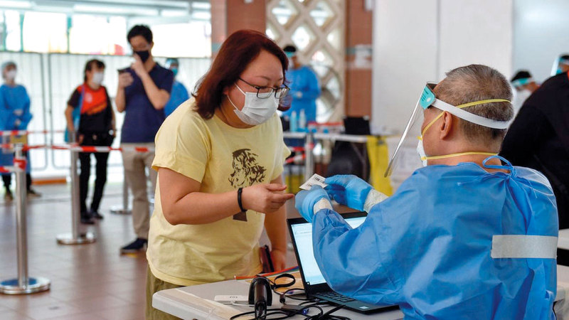 عمليات التطعيم ضد «كوفيد-19» في أحد المراكز الصحية بسنغافورة.  رويترز