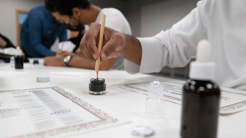 الورش تهدف إلى تعريف المشاركين بتاريخ الخط العربي وفلسفته الفنية.  من المصدر