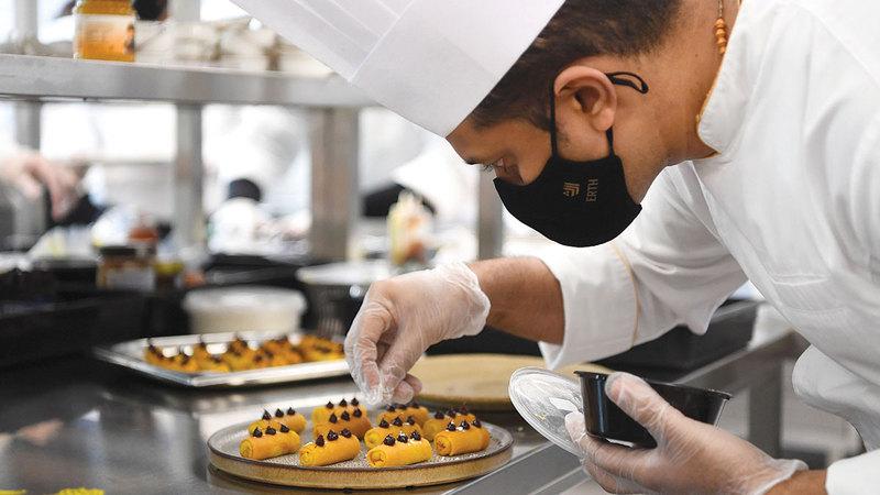«إرث للتموين» توفر فرصة لتنمية مهاراتهم لإتقان أساليب الطهي وتأهيل جيل جديد من الطهاة المحترفين.   تصوير: إريك أرازاس