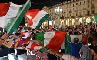 """الصورة: الجماهير الإيطالية تحتفل في الشوارع.. والصحافة سعيدة بـ""""الأمسية الساحرة"""""""