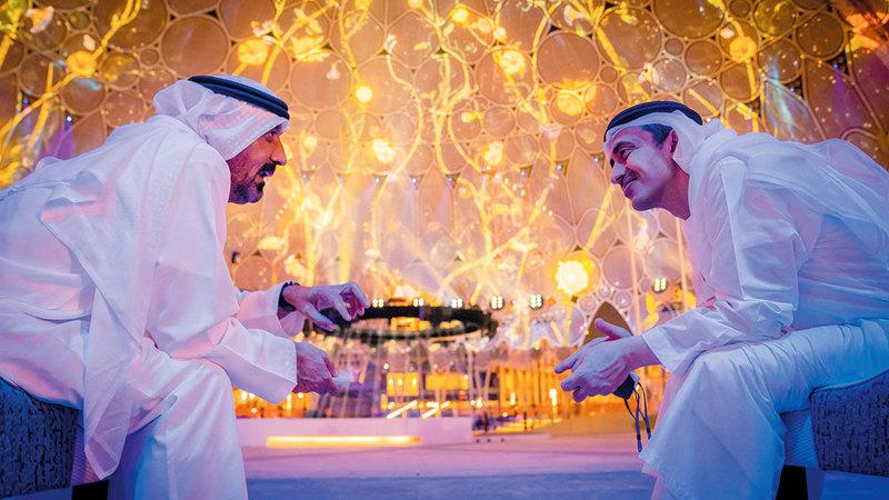 عبدالله بن زايد في حديث مع أحمد بن سعيد خلال زيارته موقع «إكسبو 2020 دبي».  وام
