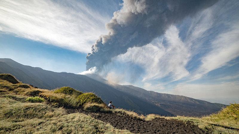 بركان جبل إتنا قد ثار بصورة متكررة خلال الأسابيع الأخيرة.  أ.ب